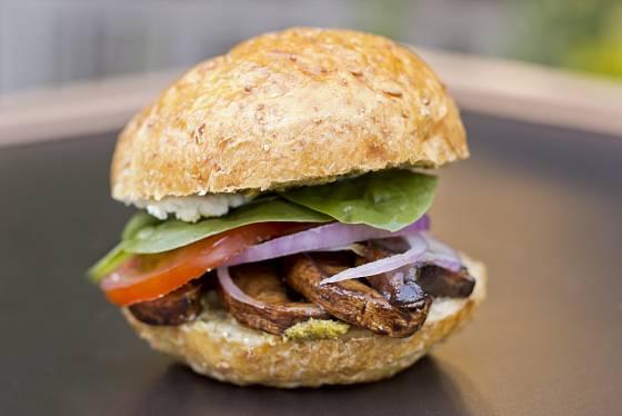 Portobello můžete do burgeru i naporcovat na plátky.