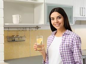 Voda s citronem určité pozitivní účinky má.