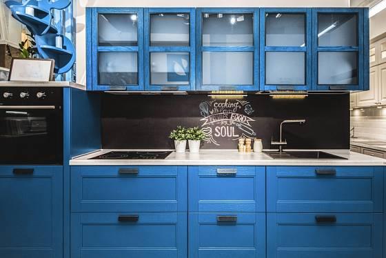 Moderní kuchyně laděná do modra