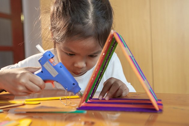 S lepením si snadno poradí i děti, rozvíjejí si tím motorické vlastnosti