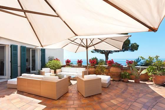 Na terasách, kam sluneční paprsky dopadají po celý den, je nutné vyřešit také otázku vhodného stínění.