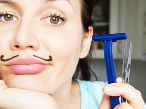 Chloupky na obličeji dovedou řadu žen velmi potrápit.