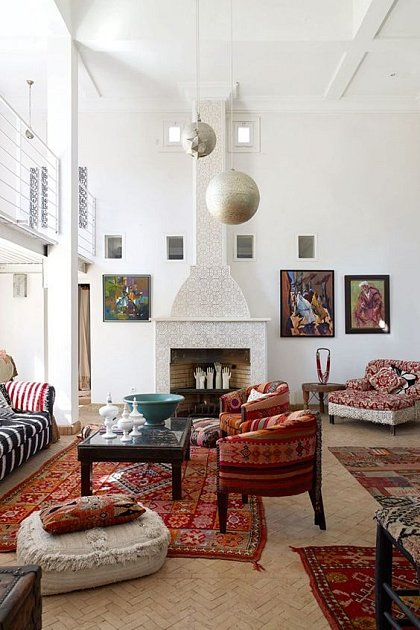 Orientální obývací pokoj s okrovými, béžovými a fuchsinovými tóny.