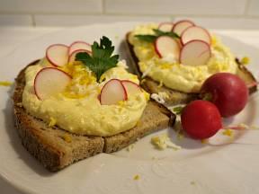 Pomazánku přizdobíme nastrouhaným vajíčkem.