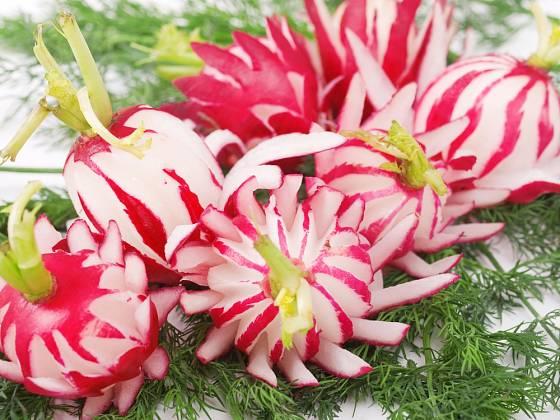 Z ředkviček snadno vyřežete ozdobné květy.