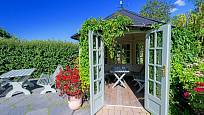 Intimní altánek v létě, úložiště zahradního náčiní v zimě.