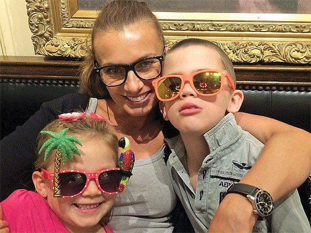 Alice Bendová s dětmi: osmiletým Vašíkem a pětiletou Aničkou