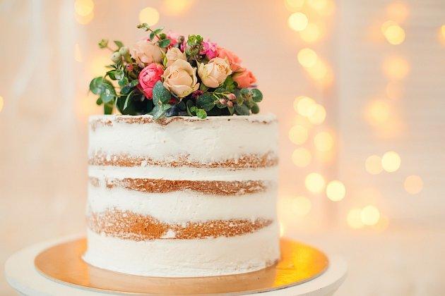 Jednoduchý dort s kyticí nahoře vychází z tradičních dortů začátku 19. století