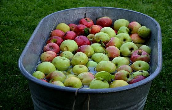 Jablka nejprve důkladně umyjeme.
