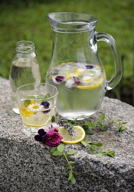 limonáda z meduňkového sirupu