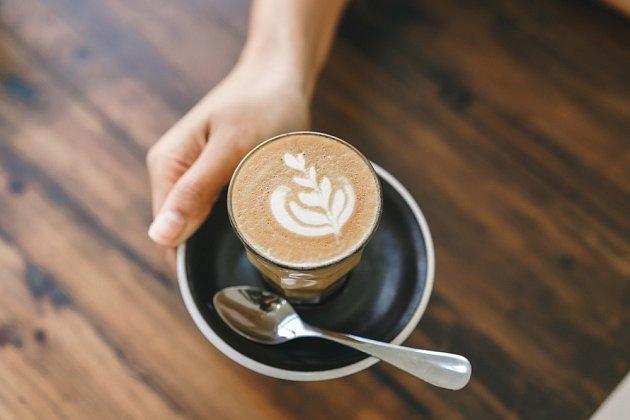 Mléko v kávě podle vědců zdraví nijak neškodí.