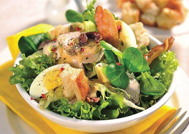 Salát s vejci, kuřecím masem a sardelovým dresinkem