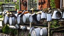 Pozinkované nádoby: kyblíky, škopky, konve si ve vintage zahradě zaslouží mír své místo.
