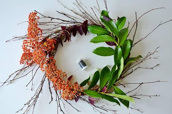 Na základ věnce postupně přivazujeme listy a plody
