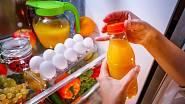 Při úklidu chladničky zkontrolujeme zda v ní nejsou prošlé potraviny.