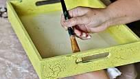 Patinu dodáme nábytku krakelováním, což je oddělení barev speciálním lakem, který vytvoří vzhled popraskaného povrchu.
