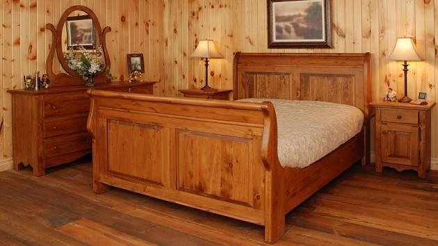 Vysoká lůžka z masivu jsou typickým prvkem rustikálních ložnic.