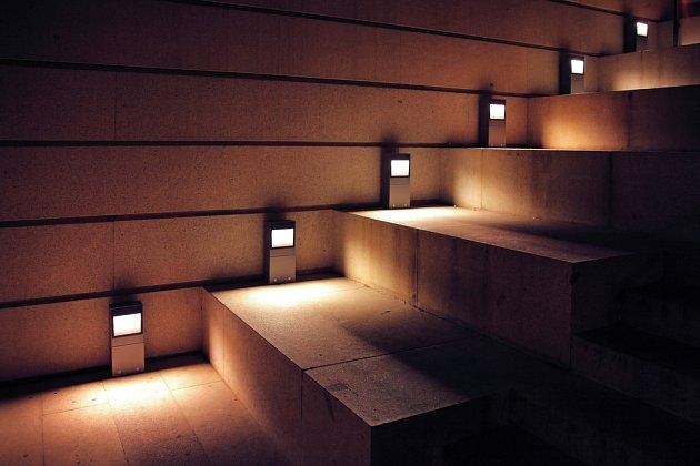 Není tohle osvětlení schodů intimnější a příjemnější?