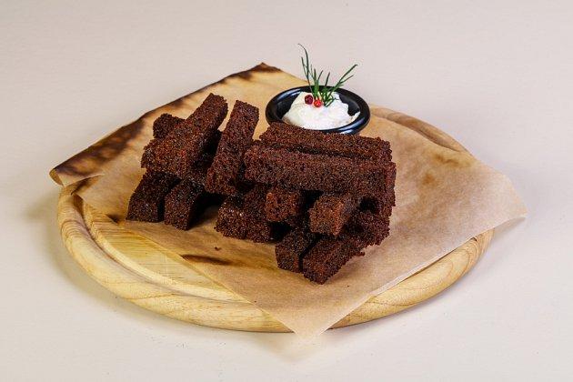 Narozdíl od běžného česneku lze ten černý používat i ve sladké kuchyni