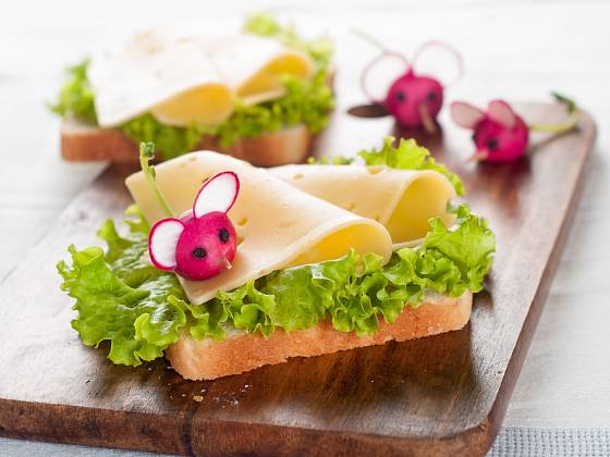 Toustový chléb přizdobený myškami z ředkviček.