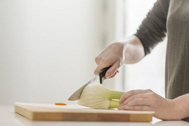 Kuchyňský nůž Fiskars z řady FunctionalForm se výborně hodí na krájení zeleniny.