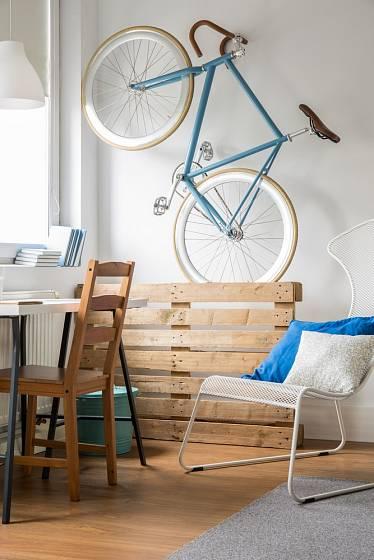 Pro uložení kola v bytě může posloužit i dřevěná paleta.