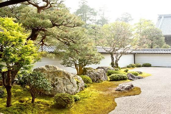 Kameny, štěrk, mech a dřeviny v dokonalé harmonii. To je Japonská zenová zahrada