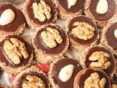 Cukroví zdobíme půlkami ořechů či mandlí.