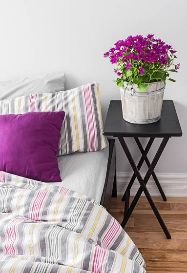Květiny ladící s dalšími prvky v pokoji oživí celou místnost.