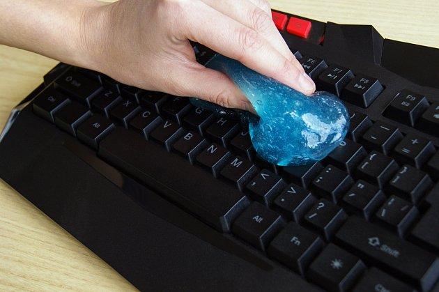 Čistící gel pomůže z klávesnice odstranit i drobnější nečistoty mezi klávesami.
