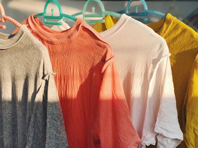 Věšením prádla na ramínkách maximálně využijete prostor.