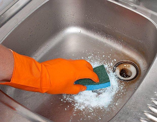 Některé čističe ohrožují citlivé materiály, životní prostředí a v neposlední řadě i zdraví.