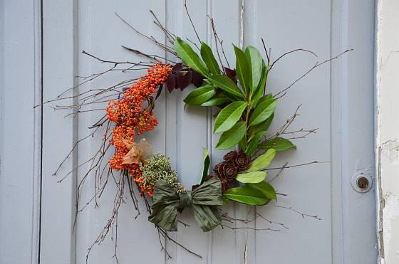 Barevný podzimní věnec je krásnou dekorací na dveře