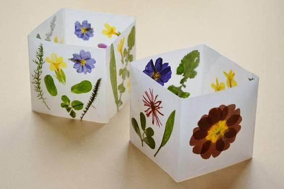 Květinové lampičky vyrobíte z darů jarní zahrady