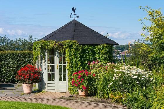 Díky vhodné výsadbě se stane zahradní domek atraktivním místem zahrady.