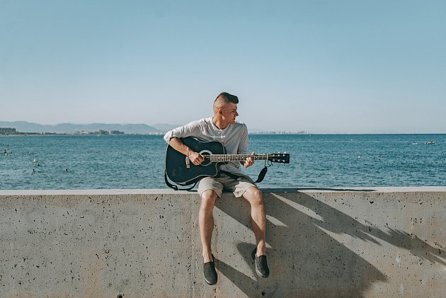 Jon Wate se narodil 16.dubna 2000, studuje poslední ročník na gymnáziu Benešov. Skládá písně a zpívá.