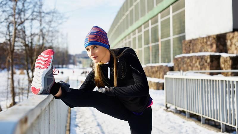 Zimnímu běhání se může věnovat každý, kdo nemá zdravotní potíže, které by mu ale bránily běhat kdykoliv jindy v roce.