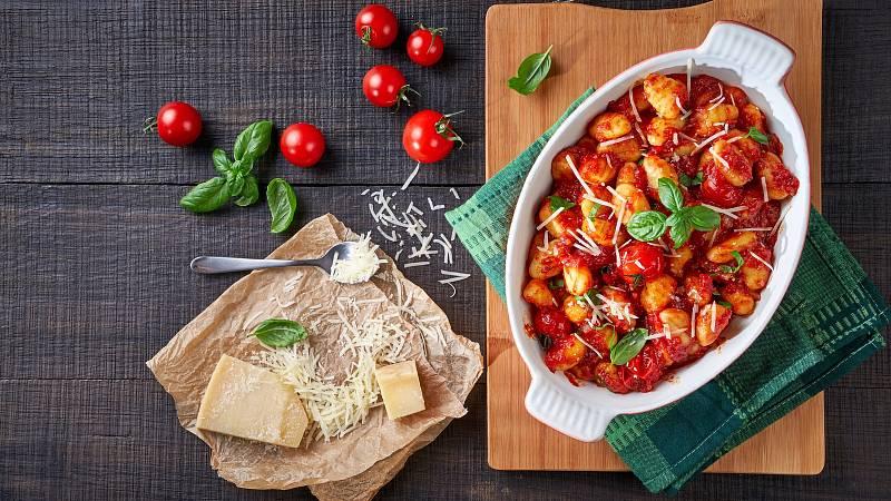 Zahřejte se vynikajícími domácími bramborovými noky s rajčatovou omáčkou.