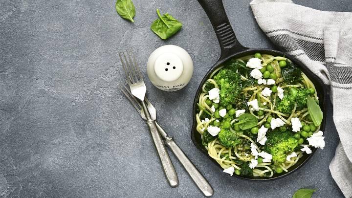 Špagety s pestem z medvědího česneku a brokolice