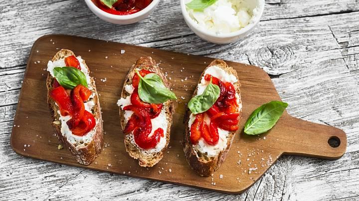 Celozrnný chléb s grilovanou paprikou a tvarohovou pomazánkou