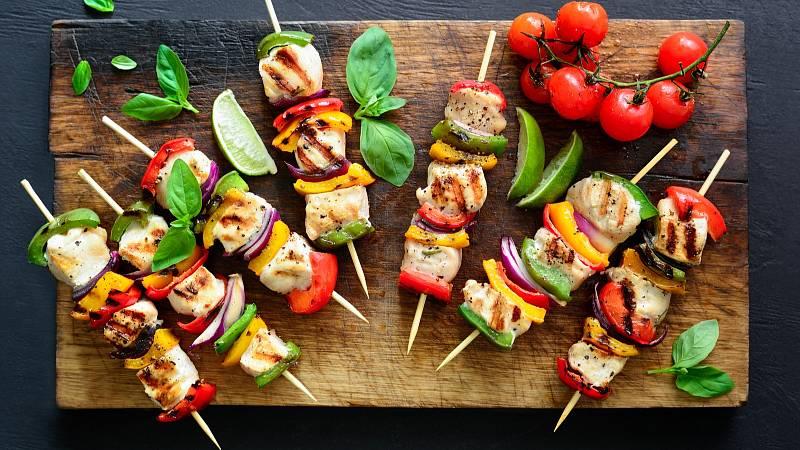 Kuřecí špízy se zeleninou jsou ideální pro grilování.
