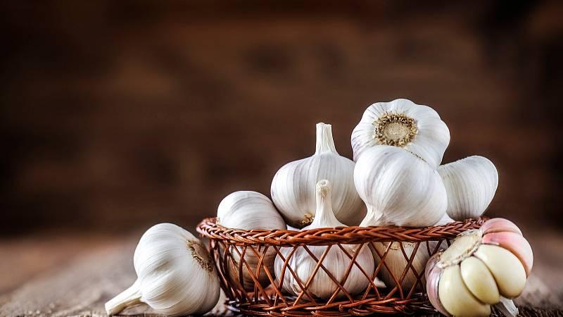Česneku je snadno dostupný, levný a má velmi rychlý účinek.