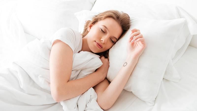 Ke zdravému spánku vám pomůže správné stravování, pitný režim, pohyb venku i meditace.