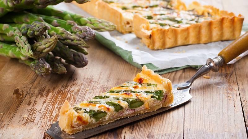 Slaný koláč quiche je skvělou volbou pro rychlou večeři. Připravte si jej třeba z chřestu.