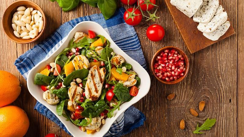 Lehký salát s grilovaným sýrem halloumi oceníte především v létě.