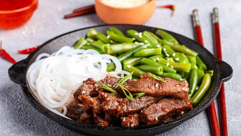 Recept: Rýžové nudle s hovězím mletým na asijský způsob