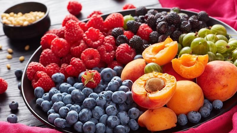 Ovoce prospěje vašemu zdraví i kráse. Meruňky regenerují suchou pokožku, borůvky zlepšují zrak a angrešt má blahodárný vliv na vlasy.