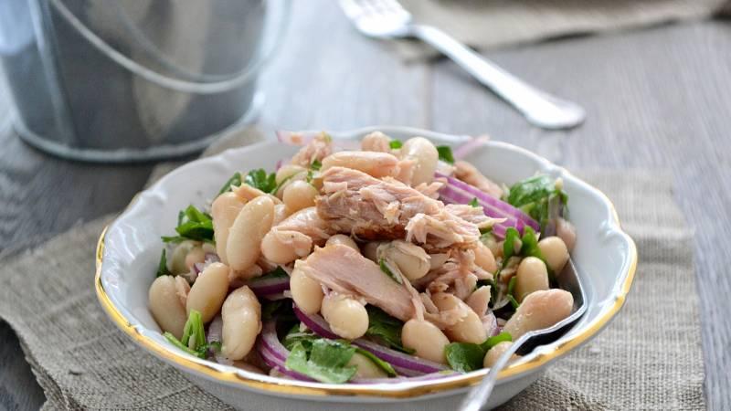 Tuňákový salát lze doplnit čímkoliv. Zkuste bílé fazole či červenou čočku.