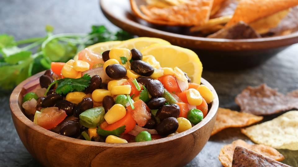 Zeleninový salát s kukuřicí a červenými fazolemi
