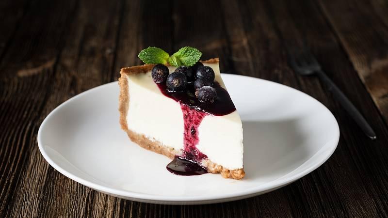 Nepečený borůvkový cheesecake se skvěle hodí do letních dní. Je lehký a nemusíte při přípravě zapínat troubu.